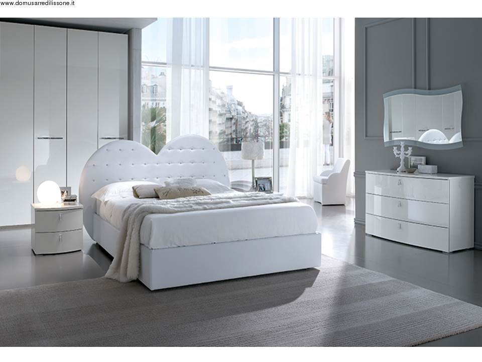 Letto matrimoniale con swarovski e testa a cuore - Asta mobili camere da letto ...