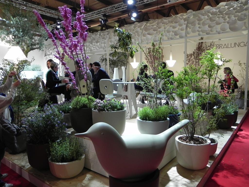 Giardino dinterno : vaso luminoso, insolita paloma, spiga appendiabiti e...